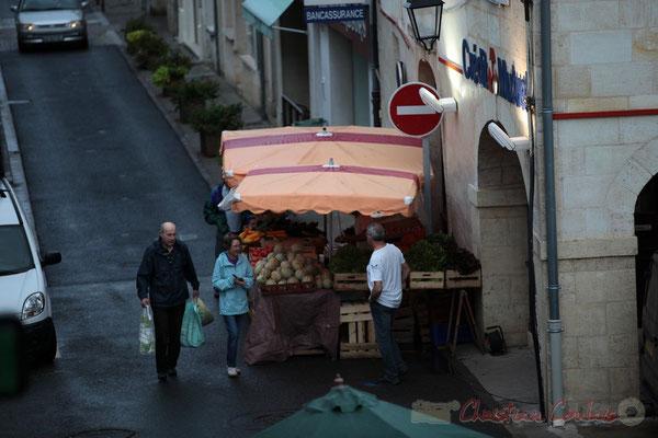 """""""Trop tôt pour qu'il y ait la queue auprès de ce producteur de légumes"""", Marché de Créon, Gironde"""