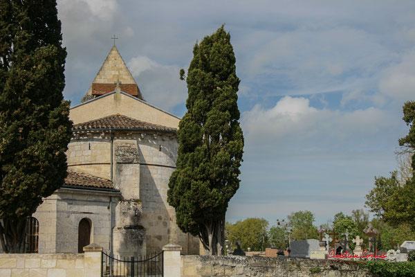 Les cyprès, la sachristie et l'abside romane en cul de four. Eglise Saint-André, Cénac. 14/04/2009