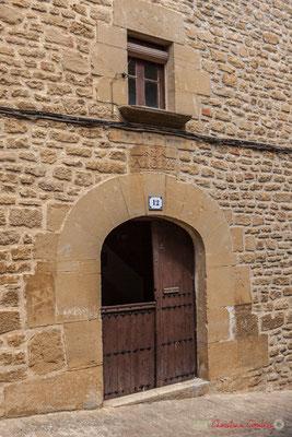 Porte d'entrée entrouverte de la maison d'habitation, Ujué, Navarre / Puerta de entrada delantera de la casa, Ujué, Navarra