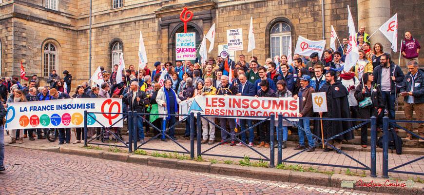 """10h11 """"Tout privé, privé de tout"""" Photo de famille de la France insoumise, sur le parvis de l'Hôpital Saint-André, place de la République, Bordeaux. 01/05/2018"""