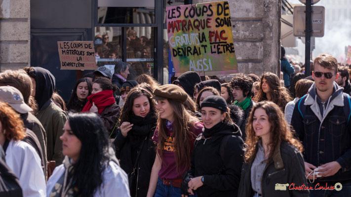 """14h42 """"Les coups de matraque sont gratuits la fac devrait l'être aussi"""" Manifestation intersyndicale de la Fonction publique/cheminots/retraités/étudiants, place Gambetta, Bordeaux. 22/03/2018"""