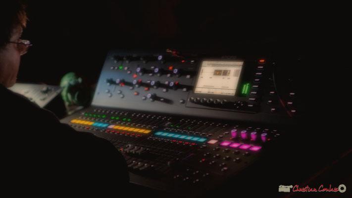 Grand Maître des sons et des lumières, Pablo Jaraute, avec sa nouvelle console. Nokalipcis Project, Soirée-Cabaret JAZZ360, Cénac. 04/11/2017