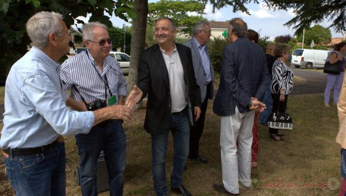 Deux bénévoles de JAZZ360 saluent Jean-Philippe Guillemot, Maire de Camblanes-et-Meynac