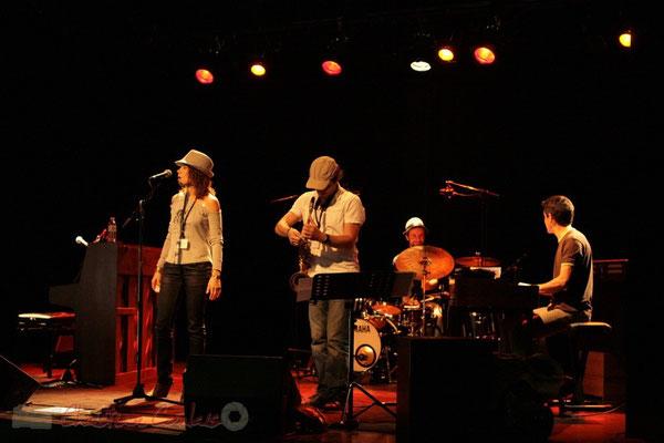 Essais lumières et balances d'Olinka Mitroshina Quartet, salle culturelle. Festival JAZZ360, Les coulisses du Festival à Cénac. 01/06/2011
