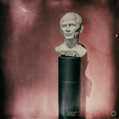 César fonda en 46 av. J.-C. une colonie de droit romain dotée d'une partie des territoires marseillais. Colonia Julia paterna Arelate Sextanorum