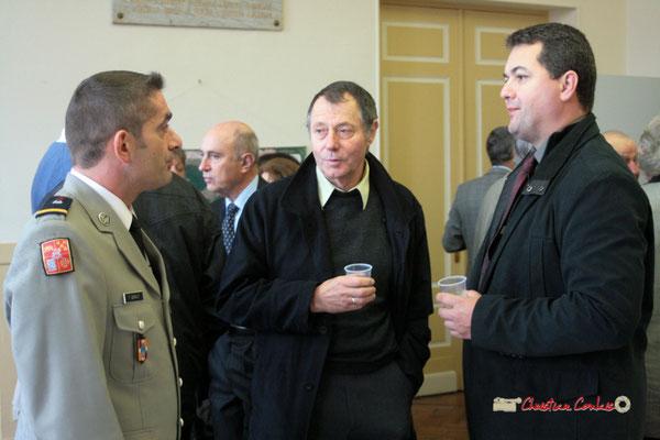 Thierry Lausseur (D.) au Vin d'honneur. Hommages et commémoration de l'Armistice du 11 novembre 1918 à Cénac, ce jeudi 11 novembre 2010.