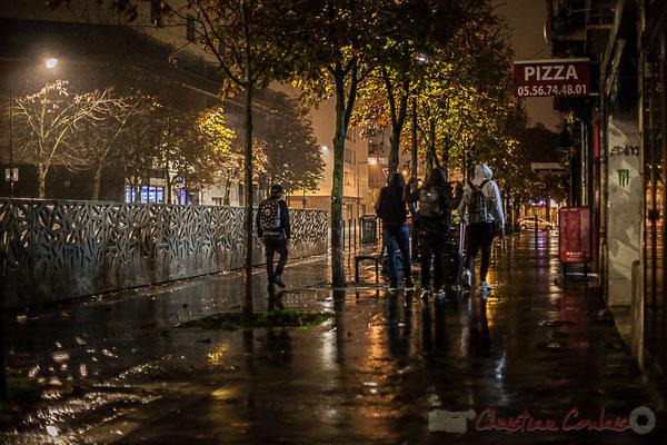 Extérieur nuit. Bande de copains. Rue Saint-Vincent-de-Paul, Bordeaux