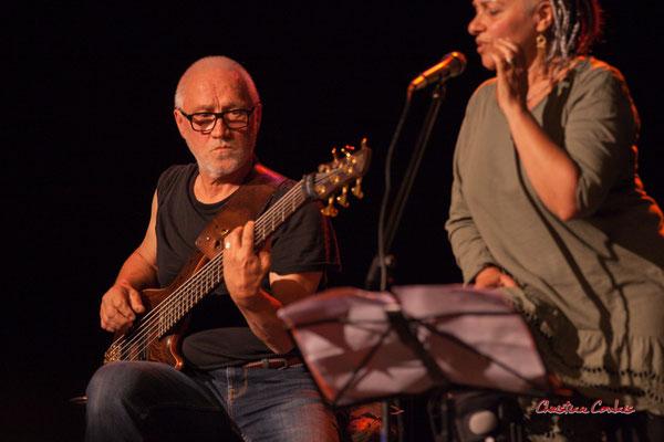 Duo concert Qui comme Ulysse. Jack Tocah, guitare basse; Carole Simon-Tocah, autrice, chanteuse, compositrice. Lundi 7 juin 2021, Cénac. Photographie © Christian Coulais