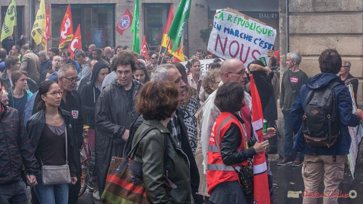 """""""Amis syndicalistes, évitez les fumigènes, la fumée c'est cancérigène et ça gâche les photos !"""" Manifestation contre la réforme du code du travail. Place Gambetta, Bordeaux, 12/09/2017"""