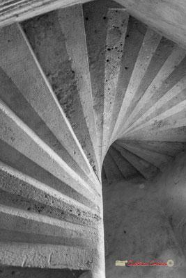 Escalier à vis de la tour polygonale, travail remarquable de la stéréotomie. Cité médiévale de Saint-Macaire. 28/09/2019. Photographie © Christian Coulais