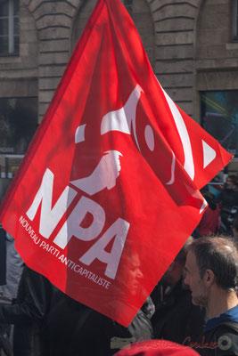 14h46, drapeau rouge, NPA, nouveau parti anticapitaliste. (Nouveau jusqu'à quant ?)