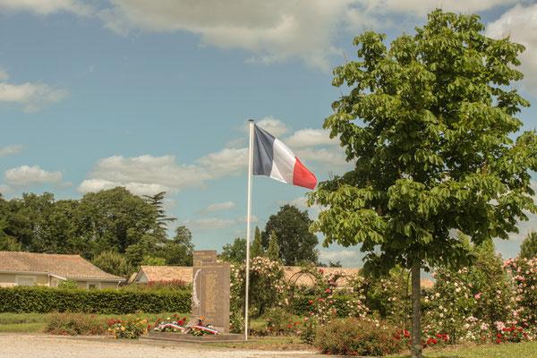 Monument aux morts, square de la roseraie, allées des éoliers. Hommages et commémoration de l'Armistice du 8 mai 1945 à Cénac, ce dimanche 8 mai 2011.