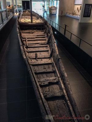 ...Arelate, selon le nom de la colonie romaine, jusqu'à l'embouchure du fleuve dans la Méditerranée. Il s'agit d'un chaland gallo-romain de la famille rhodanienne, d'une longueur de 31m et de largeur variable mais de moins de 3m. Sa coque pèse 8 tonnes