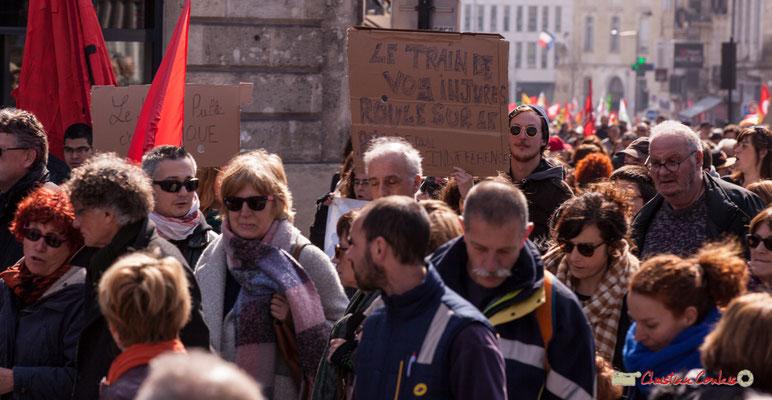 """14h49 """"Le service public, c'est magique"""" Manifestation intersyndicale de la Fonction publique/cheminots/retraités/étudiants, place Gambetta, Bordeaux. 22/03/2018"""