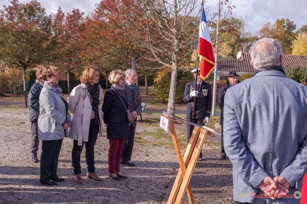 """Lecture des noms des soldats """"Morts pour la France"""" par Christiane Darriet, Claude Hélié, Michèle Pointet. Commémoration du 11 novembre 1918, Cénac. 11/11/2017"""