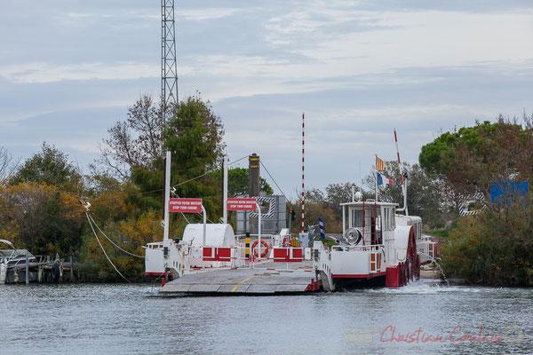 15h34 Mise en route des moteurs du bac Sauvage 3, RD 85, Les Saintes-Marie-de-la-Mer