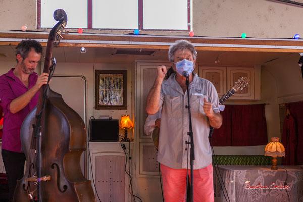Eric Roux, directeur de la Rock School Barbey. Concert Romano Dandies, halle de Frontenac. Ouvre la voix, samedi 4 septembre 2021. Photographie © Christian Coulais