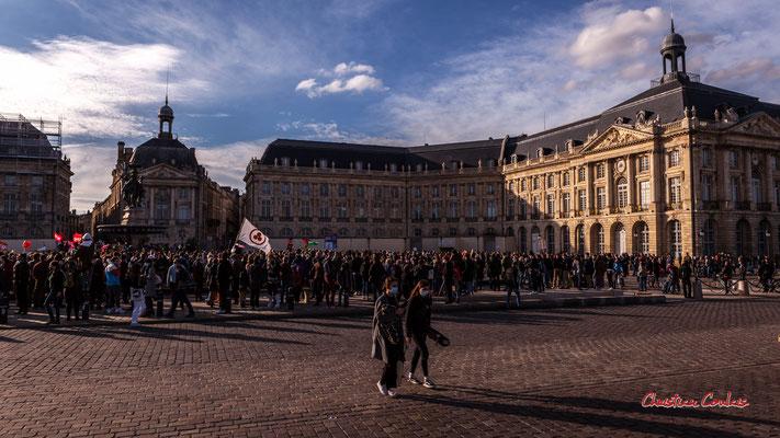 C 6 000 à 7 000 personnes. Manifestation contre la loi Sécurité globale. Samedi 28 novembre 2020, place de la Bourse, Bordeaux. Photographie © Christian Coulais