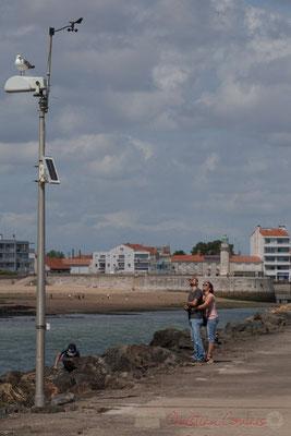 Regard en direction de la publicité aérienne. Jetée de la Garenne. Saint-Gilles-Croix-de-Vie, Vendée, Pays de la Loire