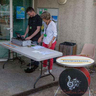 """Les bénévoles préparent la billetterie, en partenariat avec Festik et une superbe table municipale dite """"au tambour"""", 10/06/2016"""