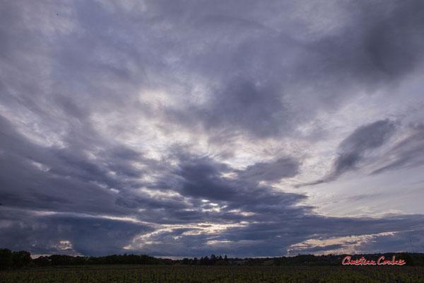 2/2 Ciels et nuages, dimanche 19 avril 2020, 19h44, le Garde, Cénac. Photographie : Christian Coulais / 24mm
