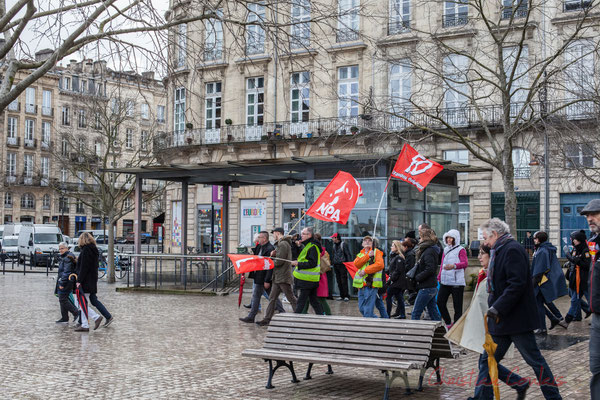 15h11, NPA et FO coupent à travers la place Jean Jaurès, Bordeaux