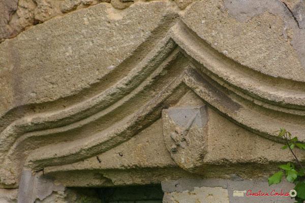 """""""Ecusson portant en armoirie un étrange animal, lézard ou salamandre, dont la curieuse représentation laisse perplexe"""" (Cénac en Entre-Deux-Mers) Château de Montignac, Cénac. 08/05/2008"""