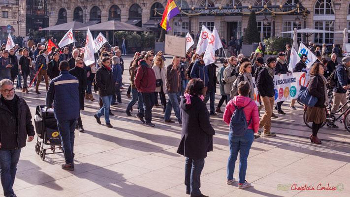 On croise des badauds, des promeneurs incrédules lors de cette manifestation intersyndicale contre les réformes libérales de Macron. Place de la comédie, Bordeaux, 16/11/2017