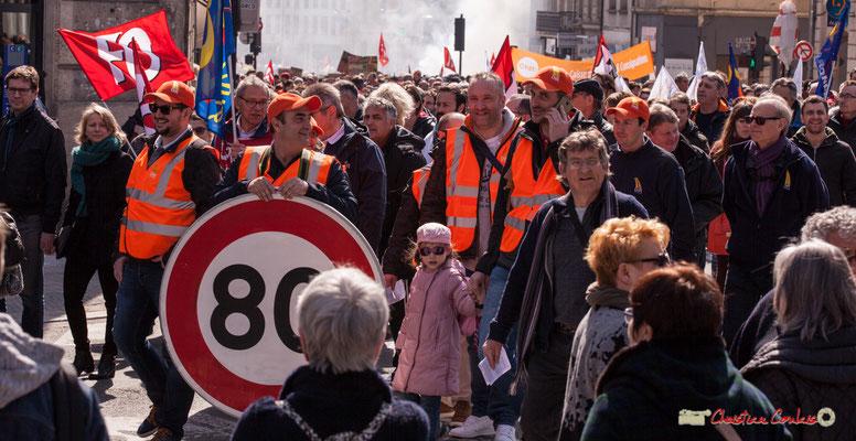 14h39 Panneau de signalisation de limitation de vitesse à 80km/h. Manifestation intersyndicale de la Fonction publique/cheminots/retraités/étudiants, place Gambetta, Bordeaux. 22/03/2018