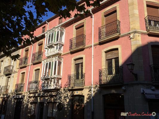 Maison à la façade rose et à l'oriel blanc. Plaza de los Furios, Tafalla, Navarra