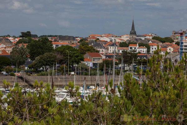 Du haut du promontoire d'observation, Promenade Marie Tsvetaieva. Eglise Saint-Gilles. Port de plaisance, Saint-Gilles-Croix-de-Vie, Vendée, Pays de la Loire