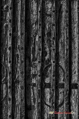 Anciens vantaux (milieu XIIIème siècle) constitués de planches d'une longueur de 4,30m, en pin rouge des Pyrénées. Cité médiévale de Saint-Macaire. 28/09/2019. Photographie © Christian Coulais
