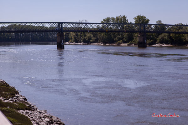 A Langoiran, en 1881 un pont métallique est construit par l'entrepreneur Fives-Lille et permet de franchir la Garonne pour rejoindre sur l'autre rive, Portets. Photographie © Christian Coulais