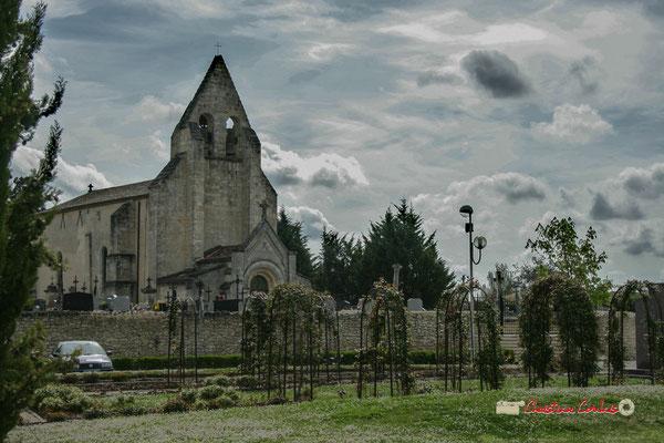 La roseraie, allée des écoliers, le mur d'enceinte du cimetière, l'église Saint-André, Cénac. 14/04/2009