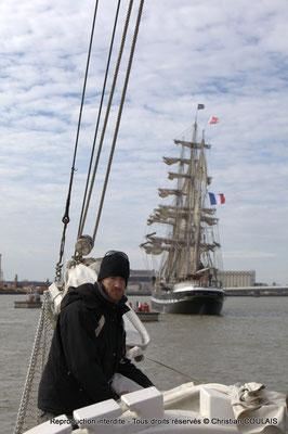 D Le matelot affale le grand foc, de la gabare les Deux Frères, afin de poursuivre a remontée uniquement au moteur, par sécurité. Bordeaux, samedi 16 mars 2013