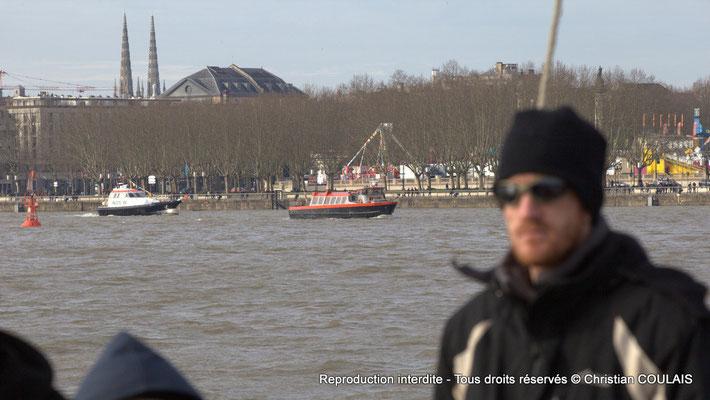 La vedette-pilote et le bateau-pompier remonte le fleuve Garonne. Bordeaux, samedi 16 mars 2013