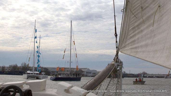 Les bateaux de la parade s'organisent pour encadrer selon les ordres donnés le Belem. Bordeaux, samedi 16 mars 2013