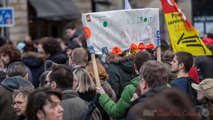 """14h37, """"Touchez nos droits, ça va VALLser"""". Place Gambetta"""