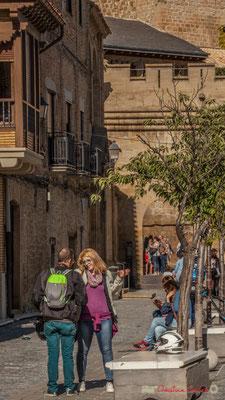 """""""Couple de motards"""" Place Carlos III le Noble, Olite, Navarre / """"Pareja de ciclistas"""" Plaza Carlos III el Noble, Olite, Navarra"""