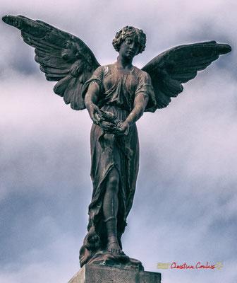 Ange au monument aux morts. Cité médiévale de Saint-Macaire. 28/09/2019. Photographie © Christian Coulais