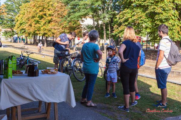 Départ collectif de la sation vélo de Créon pour l'ancienne gare de Sadirac; 5,5km. Ouvre la voix, dimanche 5 septembre 2021. Photographie © Christian Coulais
