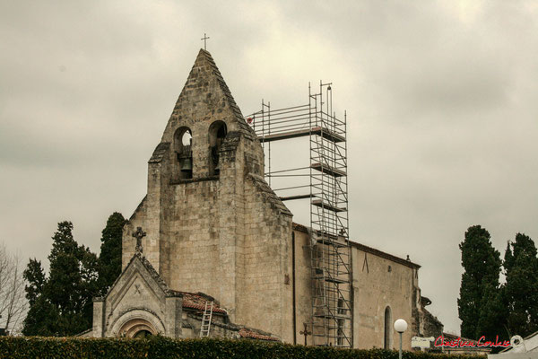 Façade est. Rénovation de l'auvent du clocher-mur de l'église Saint-André, Cénac. 10/02/2018