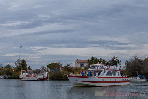 15h29 Remontée du fleuve jusqu'au bac du Sauvage. Les Quatre Maries II (140 places) proposent la découverte de la Camargue, par la mer et le petit Rhône.