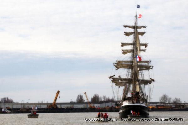 Le Belem et « ses petits poissons pilotes » remontent la Garonne. Bordeaux, samedi 16 mars 2013