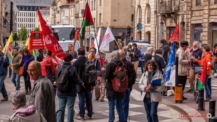 11h04 Les gens et les idées sont multiples, pacifiquement, ils défilent ensemble pour une amélioration des contidions de l'humanité en quelque sorte. Place Gambetta, Bordeaux. 01/05/2018