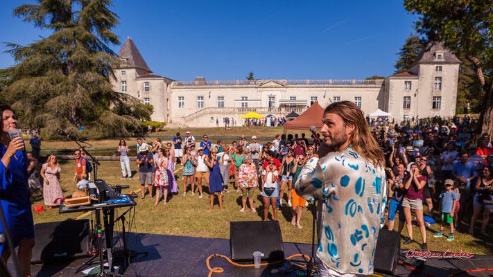 """""""Standing ovation"""" Halte musicale avec Frànçois and the atlas moutains, château de Latresne. Ouvre la voix, dimanche 5 septembre 2021. Photographie © Christian Coulais"""
