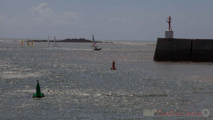 Le rocher de Pilours depuis la jetée de la Garenne et l'entrée des ports de pêche et de plaisance. Saint-Gilles-Croix-de-Vie, Vendée, Pays de la Loire