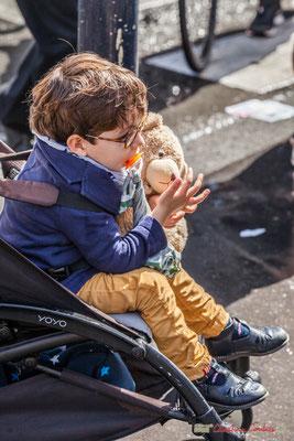 """""""Jeune garçon au nounours, témoin clef des luttes syndicales pour l'avenir de tous"""" Manifestation contre la réforme du code du travail. Place Gambetta, Bordeaux, 12/09/2017"""