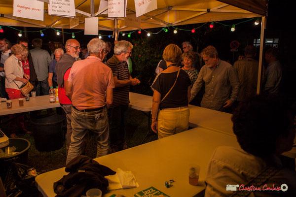 Les bénévoles en action à la buvette. Après concert de Louis Sclavis Quartet; Festival JAZZ360 2018, Cénac. 08/06/2018