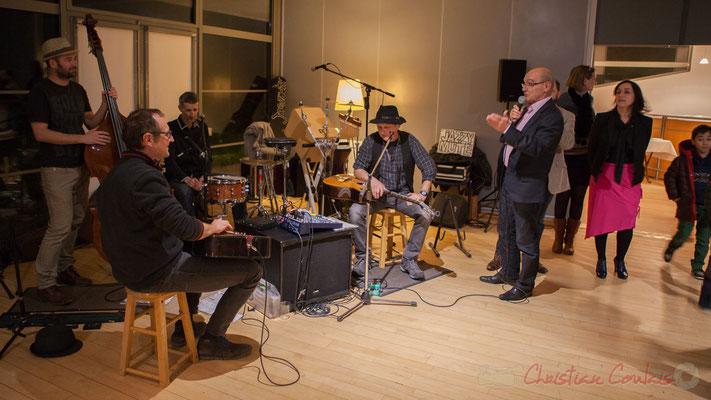 Dominique Alcala, Maire de Bouliac, présente Jazzymuté qui anime cet apéro jazz